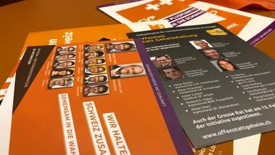 Flyer auf den Tischen an der Delegiertenversammlung der CVP Thurgau in Stettfurt. (Bild: Sebastian Keller)