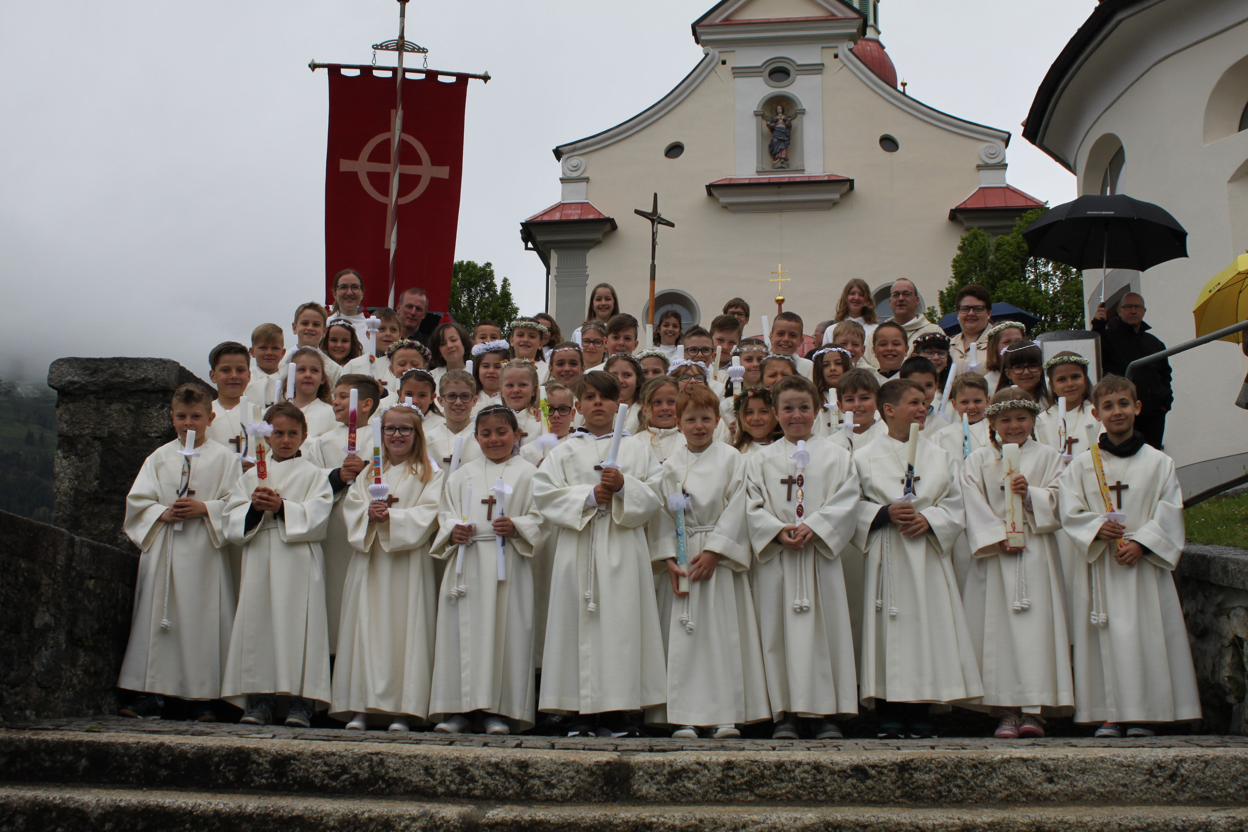 49 Erstkommunikanten vor der Pfarrkirche Schattdorf. (Bild: Markus Zwyssig)