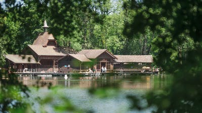 Ein lauschiger Badeplatz im Sommer - und bald auch ein romantischer Saunaplatz im Winter? Zum Konzept der Sauna in der Frauenbadi (Bild) gehört deren Lage am Waldweiher. Die Sauna soll deshalb auch eine Winteroase der Ruhe, Wellness und Gesundheit sein. (Bild: Michel Canonica - 9. Juli 2015)