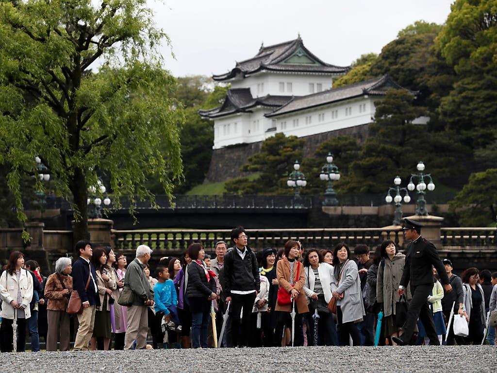 Die Öffentlichkeit bleibt von den Ritualen der Abdankung ausgeschlossen. Doch schon in den Morgenstunden fanden sich trotz Dauerregens viele Japaner vor dem Kaiserpalast ein, um Abschied von ihrem Tenno zu nehmen. (Bild: KEYSTONE/EPA/KIMIMASA MAYAMA)