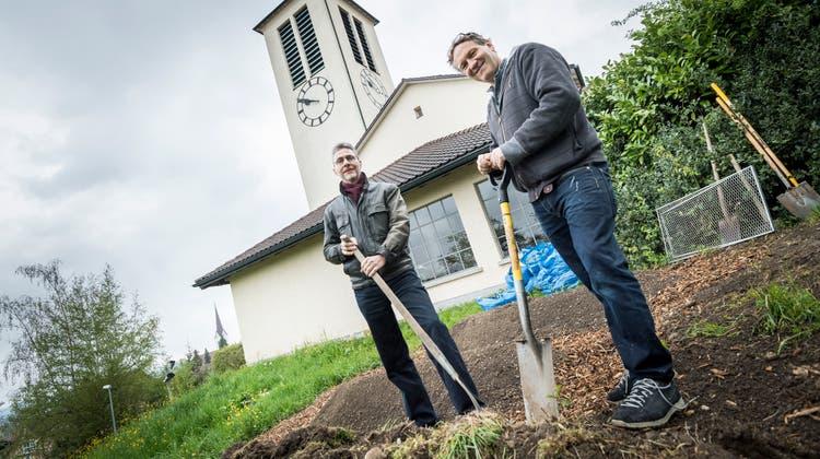Hier soll der Garten Eden entstehen. Kirchenpräsident Martin Buser und der diakonische Mitarbeiter Beno Kehl auf dem Landstück der evangelisch-reformierten Kirche Sirnach. (Bild: Andrea Stalder)