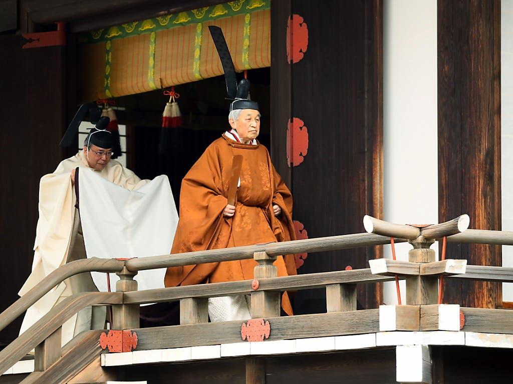 Der japanische Kaiser Akihito hat am Dienstag seinen Rücktritt eingeleitet. In einer traditionellen goldbraunen Robe und schwarzer Kopfbedeckung begab sich der 85-Jährige zunächst zu mehreren heiligen Schreinen, danach erklärte er seinen Thronverzicht. (Bild: KEYSTONE/EPA JIJI PRESS)