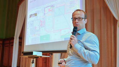 Planer Matthias Wieser erklärt das «Güttikonzept 2020» anhand der Pläne von der Sportanlage. (Bild: Mario Testa)