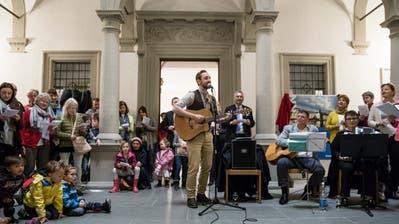 Start zur Kampagne «Luzern singt mit» mit Musiker Kunz und Gesundheitsdirektor Guido Graf (im Hintergrund). Bild: Manuela Jans-Koch (Luzern, 4. April 2019)