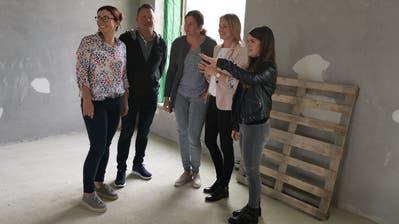 Schauen sich den Rohbau an: Sandra Stadler, Vizepräsidentin von Güttingen; Harry Lüthi-Gantenbein, Primarschulpräsident Altnau; Anja Hohengasser, Altnauer Gemeinderätin, sowie die beiden Kita-Betreiberinnen Rebekka Weisser und Debora Santeramo. (Bild: Nicole D'Orazio)