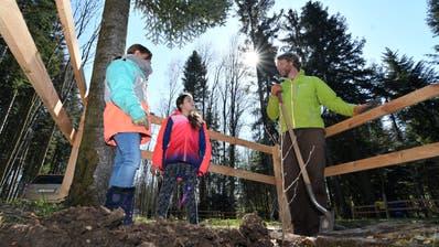Revierförster Matthias Tanner pflanzt mit zwei Schülerinnen einen Baum. (Bild: Manuel Nagel)