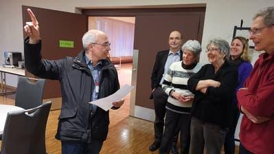 Michael Scheuss führt eine Gruppe Interessierte durch das Kirchgemeindehaus. (Bild: Nicole D'Orazio)