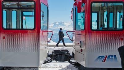 Die Bahnstrecke Vitznau–Kulm soll mit neuem Rollmaterial ausgestattet werden. (Bild: Dominik Wunderli, Vitznau, 7. April 2015)