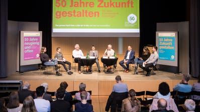 Kantonsschüler befragten auf dem Podium einstige Absolventen, Ruedi Herzog, Marianne Bommer und Christian Neuweiler, und den ehemaligen Rektor René Imesch (4. v. r). (Bild: Reto Martin)