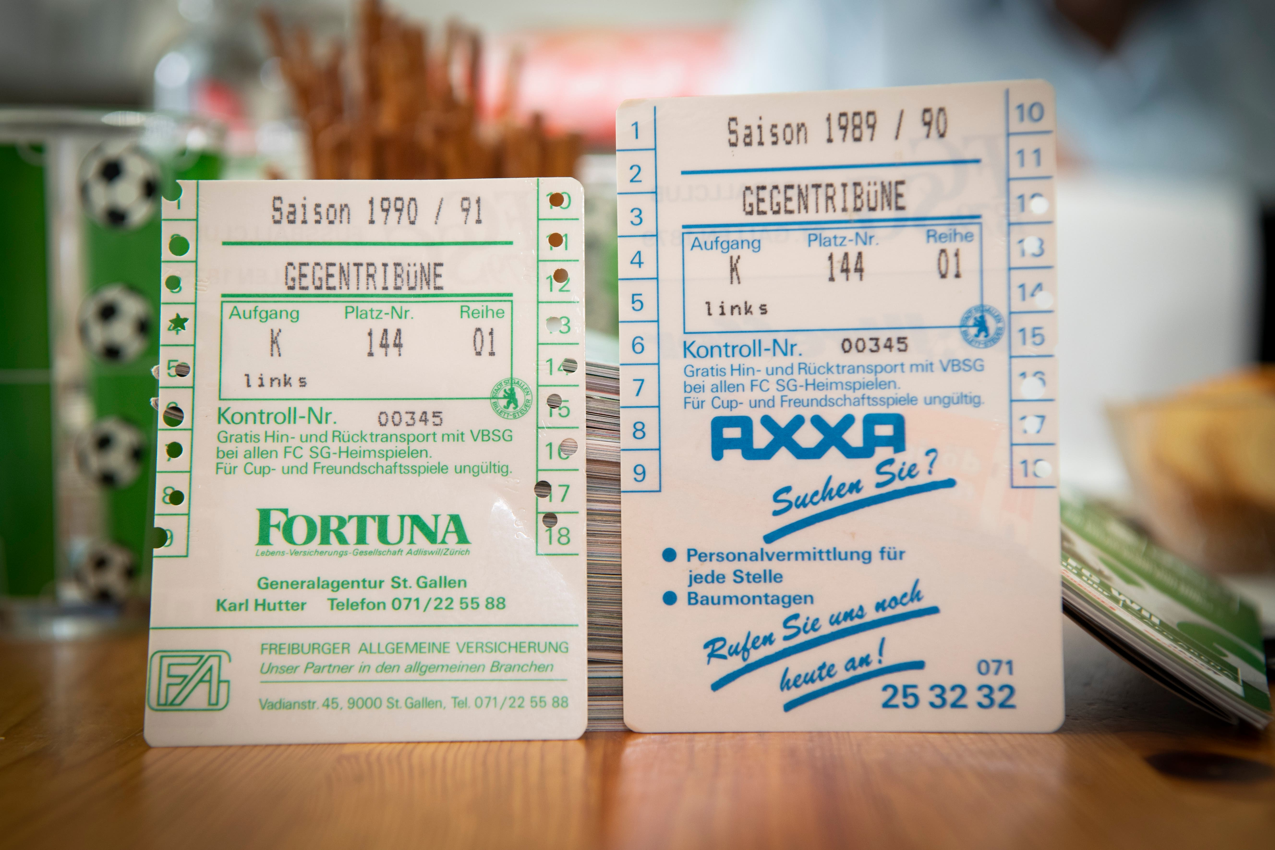 Saisonkarten aus Espenmoos-Zeiten – viele haben sie weggeworfen, Robert Adolf hat sie fein säuberlich aufbewahrt. (Bild: Ralph Ribi)
