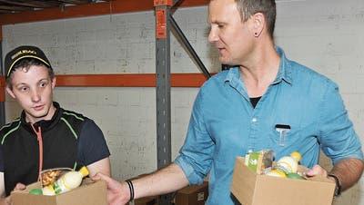 Hüetli-Mitarbeiter Silvan von Rotz (links) und Teamleiter Christoph Eberli verpacken die Geschenke. (Bilder: Matthias Piazza (Sarnen, 3. April 2019))