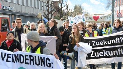 Unterwegs in Richtung Dorfplatz: Demonstration für das Klima. (Bild: Martin Uebelhart, Sarnen, 6. April 2019)