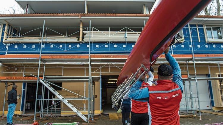 Die Arbeiten am neuen Bootshaus laufen zwar noch auf Hochtouren, die Ruderer nutzen es dennoch bereits rege. (Bild: Dominik Wunderli, 6. April 2019)
