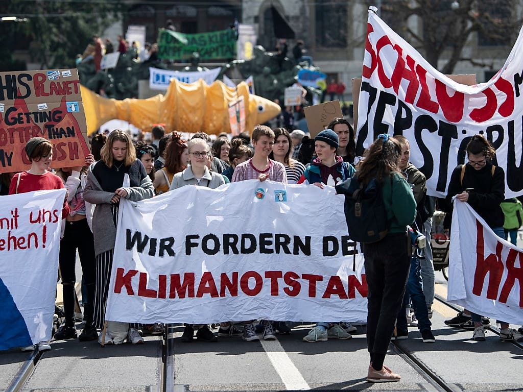 Ausrufung des Klimanotstands: Demonstrierende an der Manifestation vom Samstag in Bern. (Bild: KEYSTONE/EPA KEYSTONE/PETER SCHNEIDER)