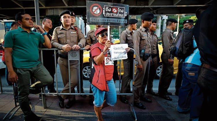 Ein Junta-Gegner protestiert in Bangkok gegen Wahlbetrug. (Bild: Diego Azubel/EPA; 31. März 2019)