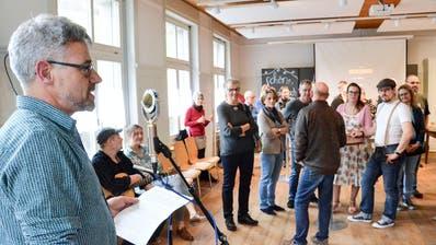 Genossenschaftspräsident Matthias Kreier begrüsst die Genossenschafter zur Eröffnung des Restaurants Schuel Au. (Bilder: Christoph Heer)