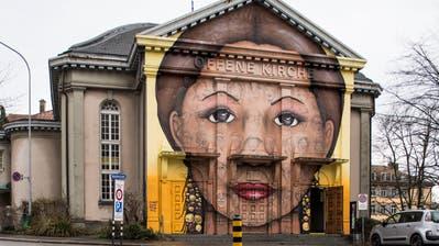 Seit 2016 prangt das Graffiti an der Fassade der Offenen Kirche. (Bild: Sabrina Stübi)