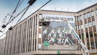 Seit Dienstag prangen St.Gallens Meisterspieler von 1904 auf der Fassade der Kantonalbank. (Bild: Urs Bucher)