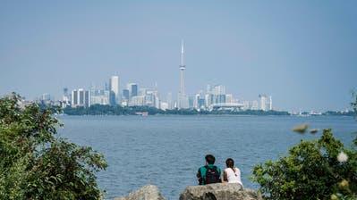 Die Skyline von Toronto mit demOntariosee im Vordergrund. Bild:Christopher Katsarov/The Canadian Press/AP (7. August 2018)