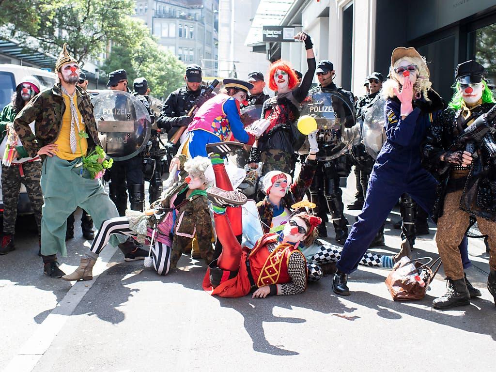 In Zürich waren am 1. Mai einige Demonstrationsteilnehmende als Clows verkleidet unterwegs. Eine von ihnen wurde festgenommen, weil sie ein Polizeiauto beschädigt hatte. (Bild: KEYSTONE/ENNIO LEANZA)
