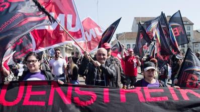 1. Mai Umzug: Eine Absplitterung der Unia , die Basis 21, demonstriert gegen die Machtverhältnisse in dieser und versucht den Demonstrationsumzug aufzuhalten. (Bilder: Roland Schmid)
