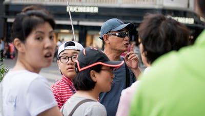 Eine Gruppe chinesischer Touristen auf dem Schwanenplatz in Luzern. Bild: Corinne Glanzmann (5. Juni 2018)