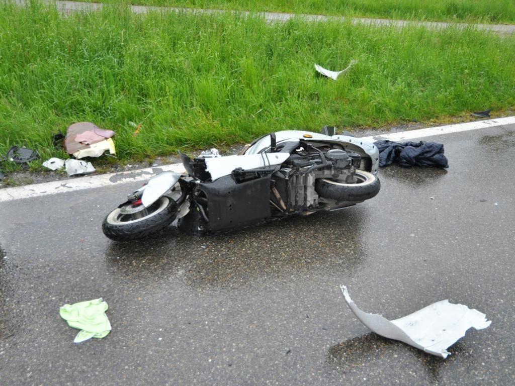 Der Motorradfahrer erlitt bei der Frontalkollision tödliche Verletzungen. (Bild: Handout Kantonspolizei Aargau)