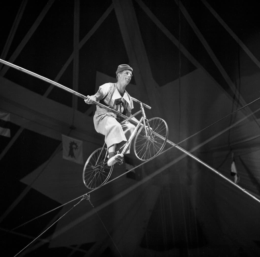 Pio begibt sich an der Expo 1964 in Lausanne mit dem Velo aufs Hochseil. (Bild: Keystone)