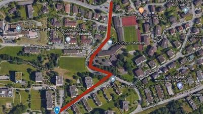 Verlängerung der Buslinie übers Schulhaus Staffeln bis zum Friedhof (blauer Punkt).