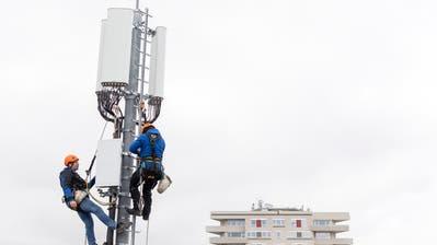 Der Stein des Anstosses: Für 5G müssen Antennen umgerüstet oder neu gebaut werden. (Bild: Keystone/Martial Trezzini (Chêne-Bougeries, 5. April 2019))