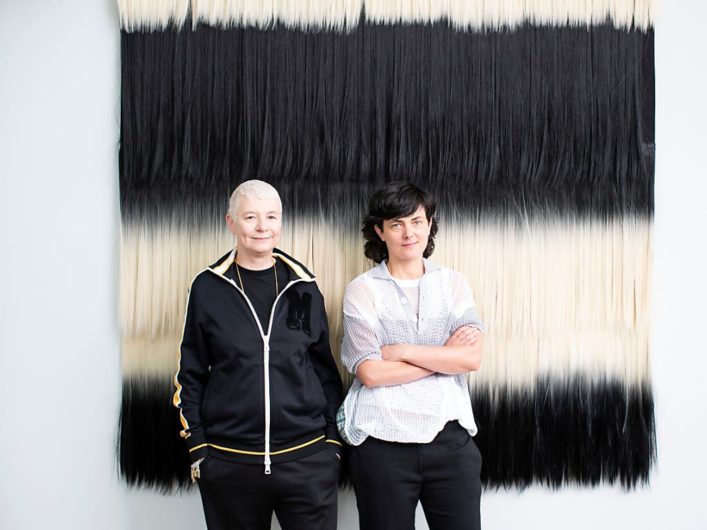 Die Künstlerinnen Pauline Boudry (r) und Renate Lorenz haben an der Kunstbiennale in Venedig den Schweizer Pavillon in die filmische Installation «Moving Backwards» verwandelt. (Bild: KEYSTONE/GAETAN BALLY)