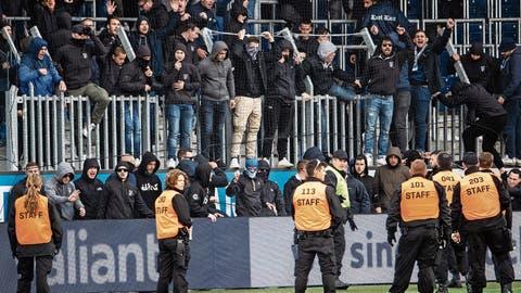 GC-«Fans» sind über die Umzäunung geklettert (grosses Bild), die GC-Protagonisten (rechts oben Trainer Uli Forte) sind konsterniert. (Bild: Bilder: Alexandra Wey/Ennio Leanza/Keystone (Luzern, 12. Mai 201))