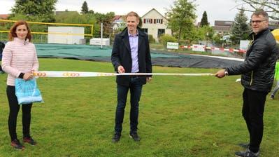 Martin Leemann (Mitte) übergibt die neue Anlage. Bild: Markus Bösch