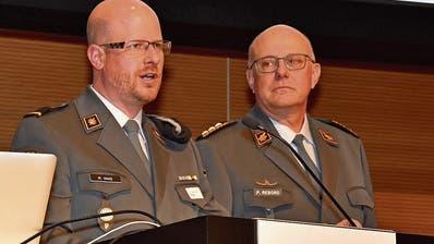 Matthias Haas, Präsident der Offiziersgesellschaft Rorschach, begrüsst den Chef der Armee, Philippe Rebord. (Bild: Urban Kronenberg)