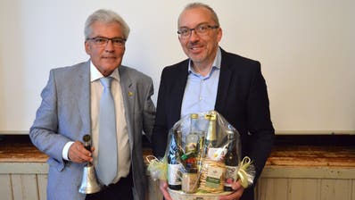 Präsident Sandro Forster (links) verabschiedet Koni Monhart, der nach 20 Jahren Vorstandsarbeit zurücktritt. (Bild: Christoph Heer)