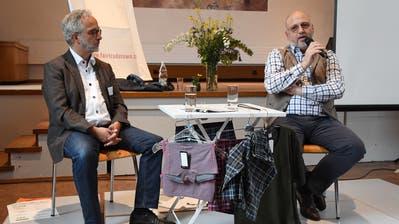 Peter Bachmann von «Fair Trade Town Amriswil» mit Gesprächsgast Andreas Sallmann, CEO von ISA Bodywear. (Bild: Yvonne Aldrovandi-Schläpfer)