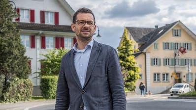 Der neue Inwiler Gemeinderat Florian Meyerhans vor dem Gemeindehaus. (Bild: Nadia Schärli, 13.Mai 2019)