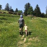 Mit dem Papa und den Rindern auf die Alp. (Bild: Katharina Rutz)