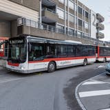 Bald wartet am Bahnhof Wittenbach voraussichtlich ein weiterer Bus, um Verspätungen auszugleichen. (Bild: Thomas Hary, Dezember 2018)