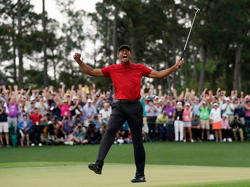 Werden wir wieder einen Triumph des Superstars Tiger Woods erleben wie hier im April am US Masters? (Bild: KEYSTONE/AP/DAVID J. PHILLIP)