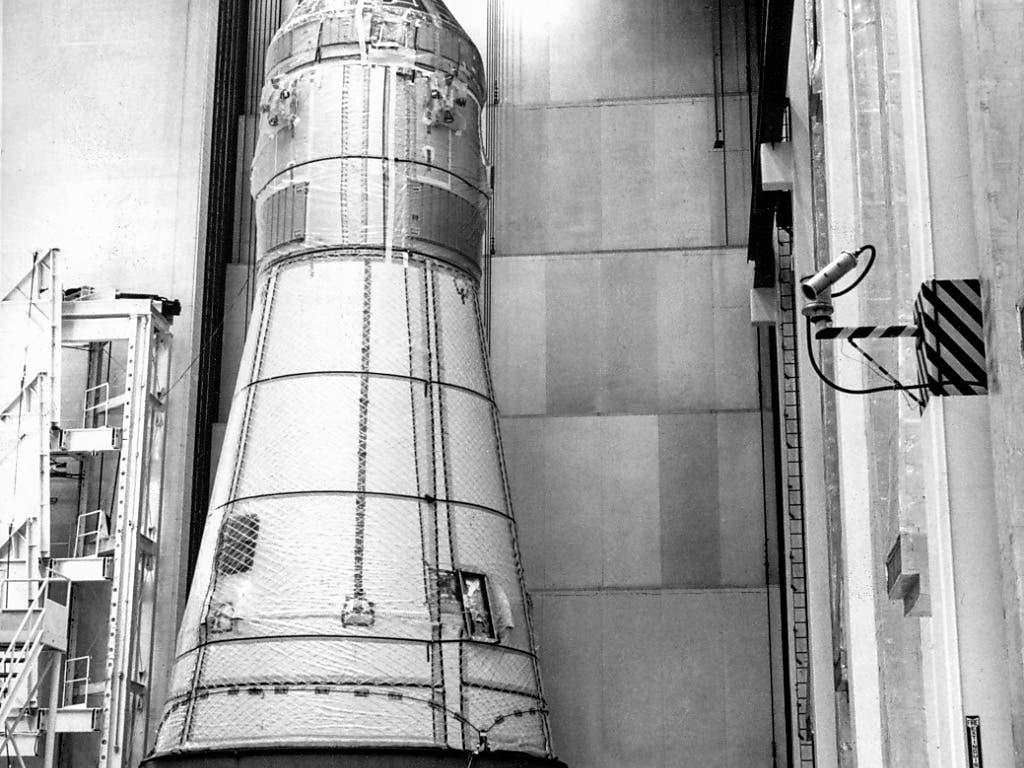 Am 6. Februar 1969 wurde in den Werkhallen des Kennedy Space Centers in Florida die Apollo-10-Raumkapsel auf einen Tieflader gehoben, um schliesslich auf die Saturn-Trägerrakete montiert zu werden. (Bild: KEYSTONE/NASA/STR)