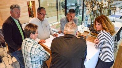 Ideen sammeln für ein CoWorking in Eschlikon. Gemeindpräsident Hans Mäder (links) und Gemeinderätin Isabelle Denzler (rechts) mit interessierten Eschliker Bewohnern. (Bild: Christoph Heer)