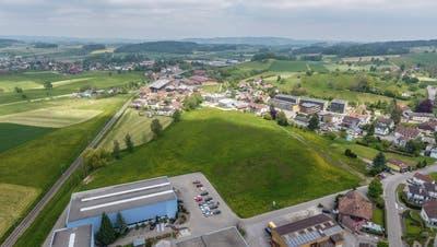 Die Gemeinde Tobel-Tägerschen hat das Kaufrecht für den Postacker erhalten. Die Parzelle befindet sich im Dorfzentrum zwischen Bahngleis und Hauptstrasse. (Bild: Olaf Kühne)