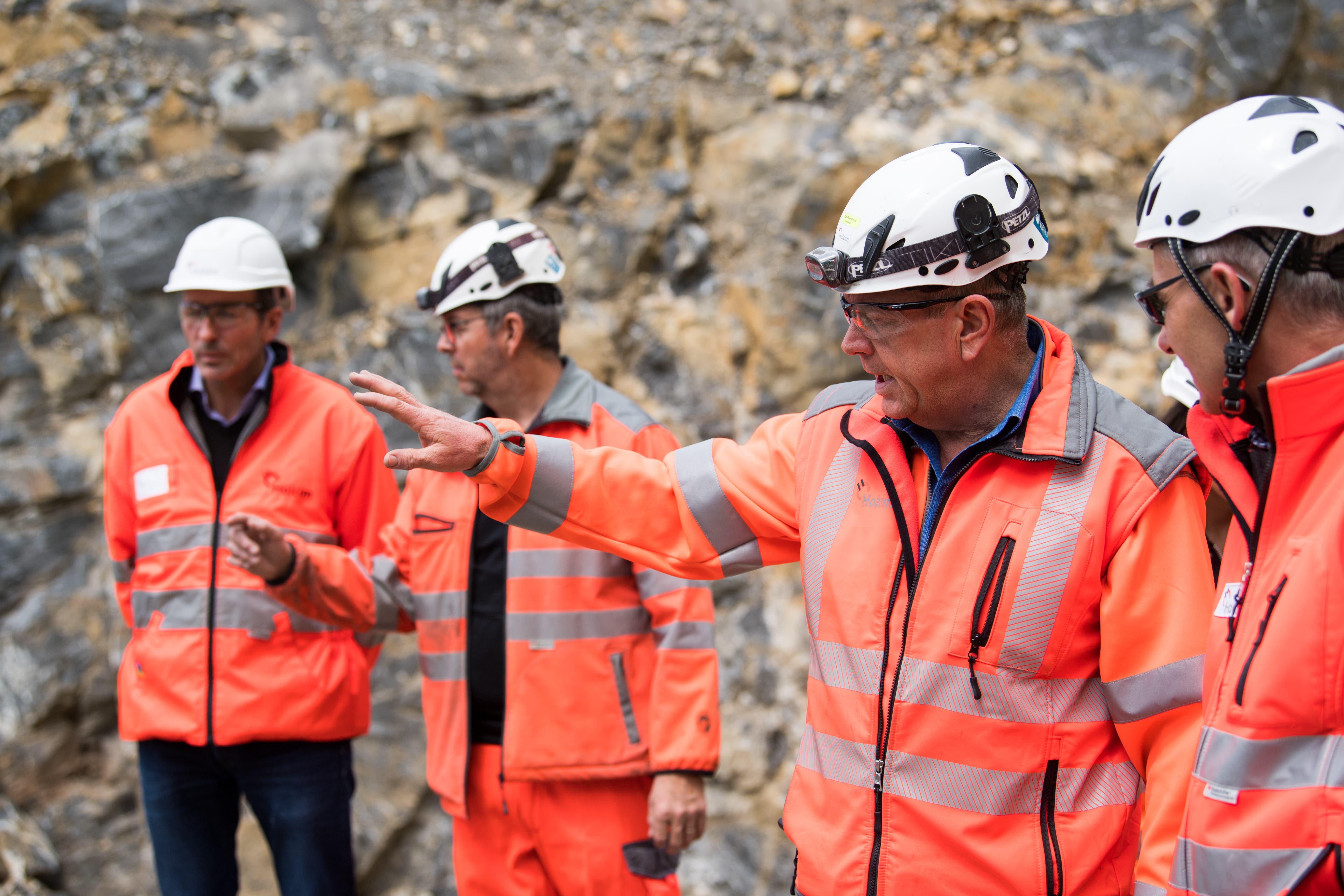 Werkleiter Karl Feierabend erklärt den Betriebsablauf im Oberzingel. (Bild: Eveline Beerkircher, Kehrsiten, 15. Mai 2019)