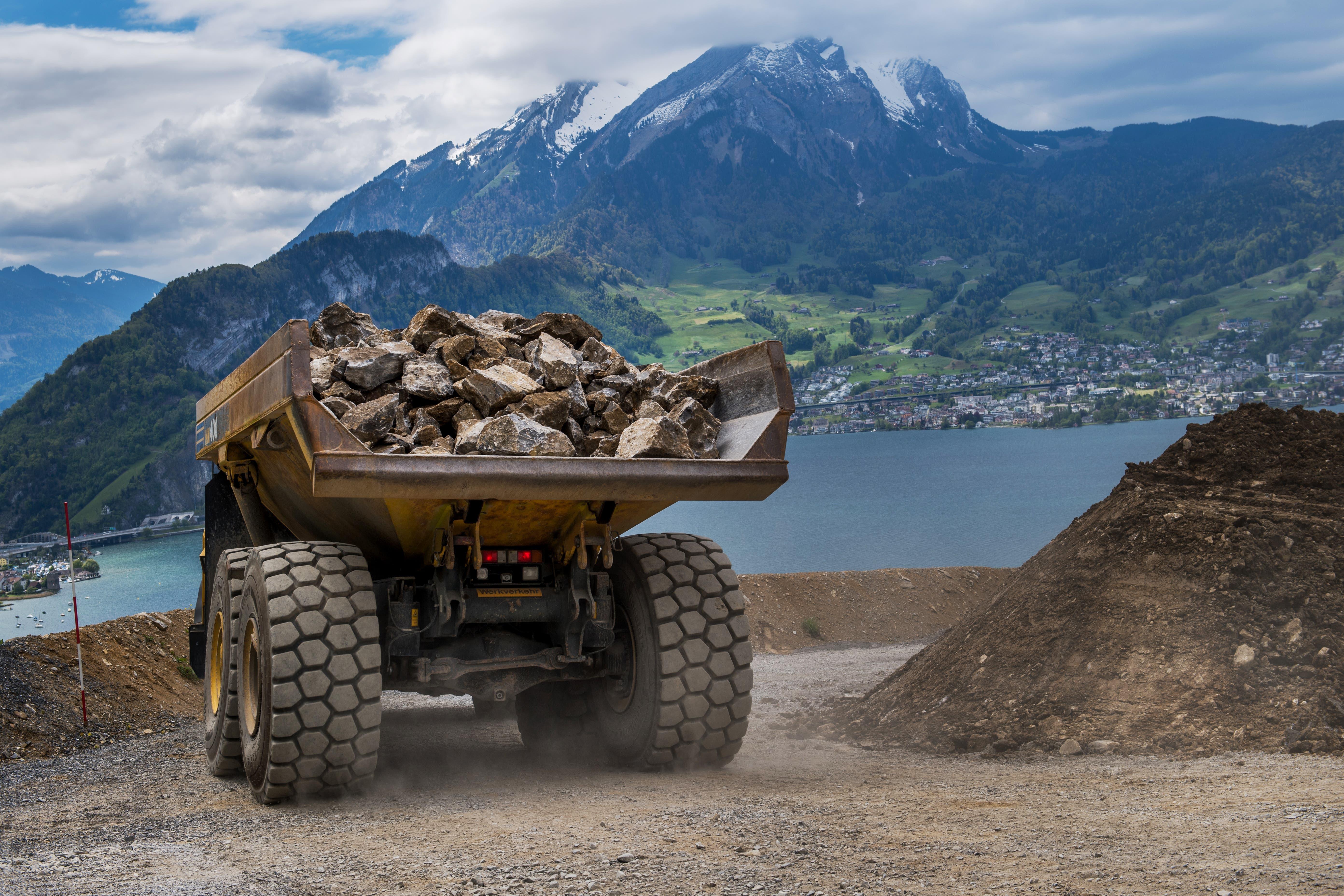Bis 50 Mal pro Tag bringt der Dumper die Gesteinsladungen von jeweils 36 Tonnen zum Fallschacht ganz in der Nähe. (Bild: Eveline Beerkircher, Kehrsiten, 15. Mai 2019)