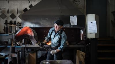 Peter Preisig formt mit dem Hammer eine Senntumsschelle. Bild: Roger Fuchs