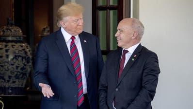 Schweizer Bauern stehen einem möglichen Freihandelsabkommen zwischen der Schweiz und den USA skeptisch gegenüber. (Bild: KEYSTONE/Gaetan Bally, Ballens, 17. Juni 2014)