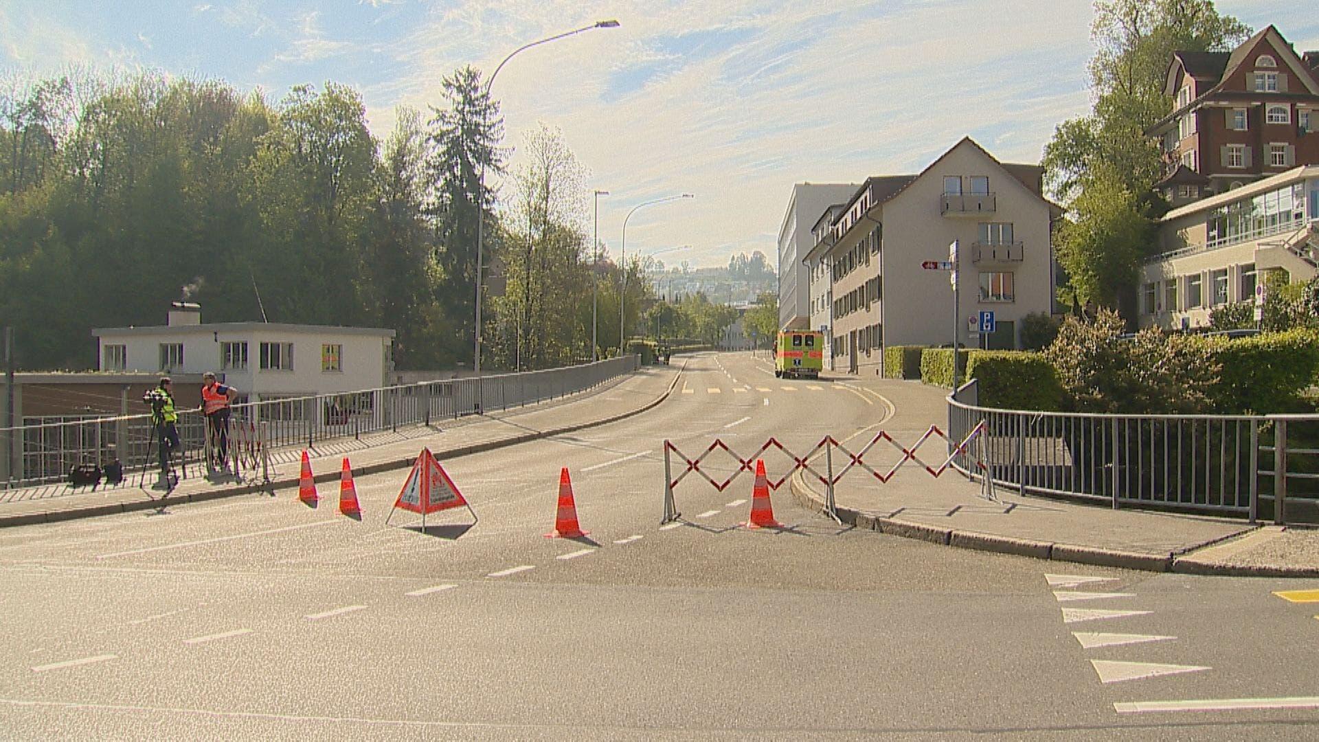 Die Polizei hat den Bereich rund um die Bahnhofstrasse grossräumig abgesperrt. (Bild: BRK News)