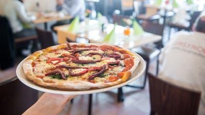 Eine glutenfreie Pizzamit Bärlauch, Bresaola und Mascarpone in der Trattoria della Nonna. (Bild: Boris Bürgisser, Luzern, 14. Mai 2019)