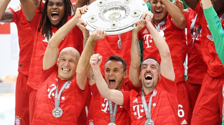 Arjen Robben, Rafinha und Franck Ribery (vorne von links) jubeln mit der Meisterschale. (Bild: Tobias Hase/Keystone, München, 18. Mai 2019)